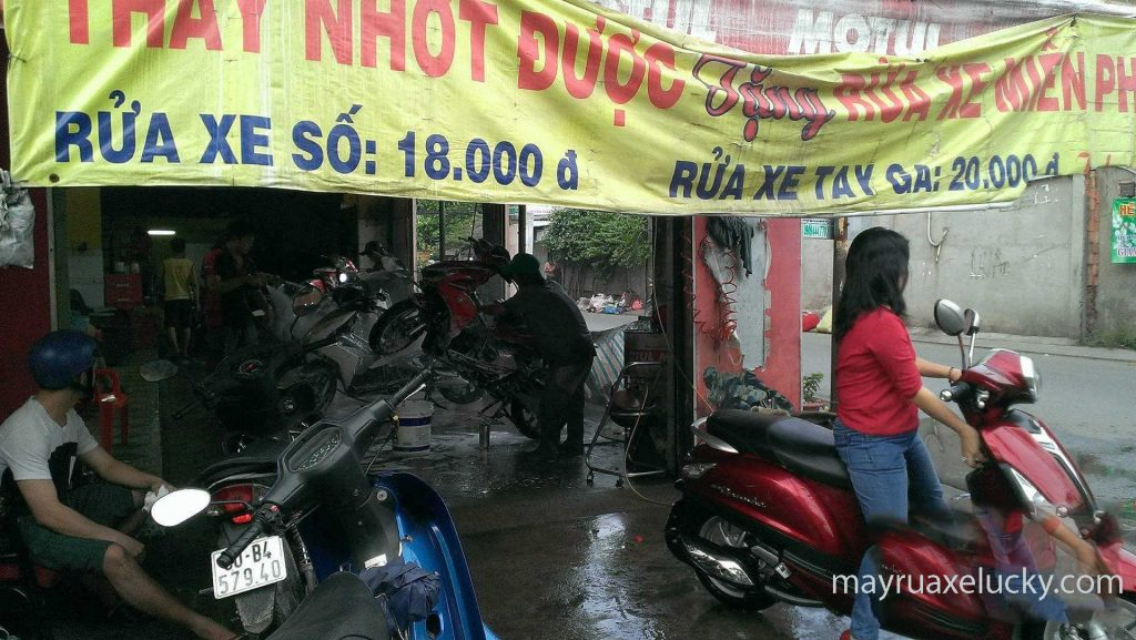 sang tiệm rửa xe máy